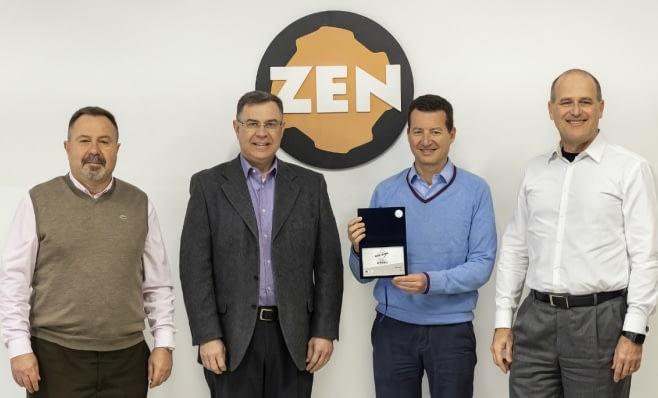 Imagem ilustrativa da notícia: Zen recebe a placa do Prêmio AutoData