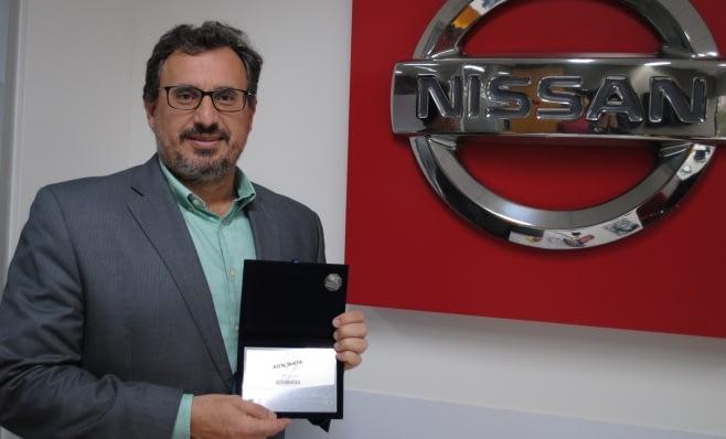 Imagem ilustrativa da notícia: Placa do Prêmio AutoData nas mãos da Nissan