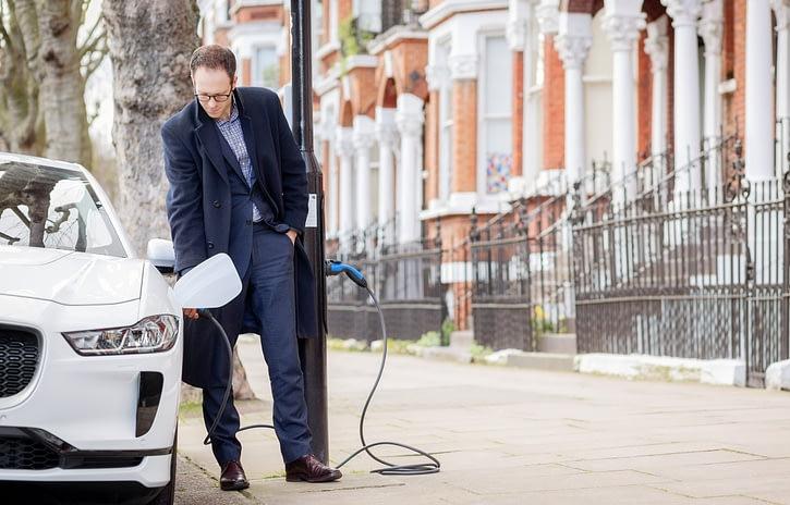 Imagem ilustrativa da notícia: Siemens converte postes em pontos de recarga em Londres