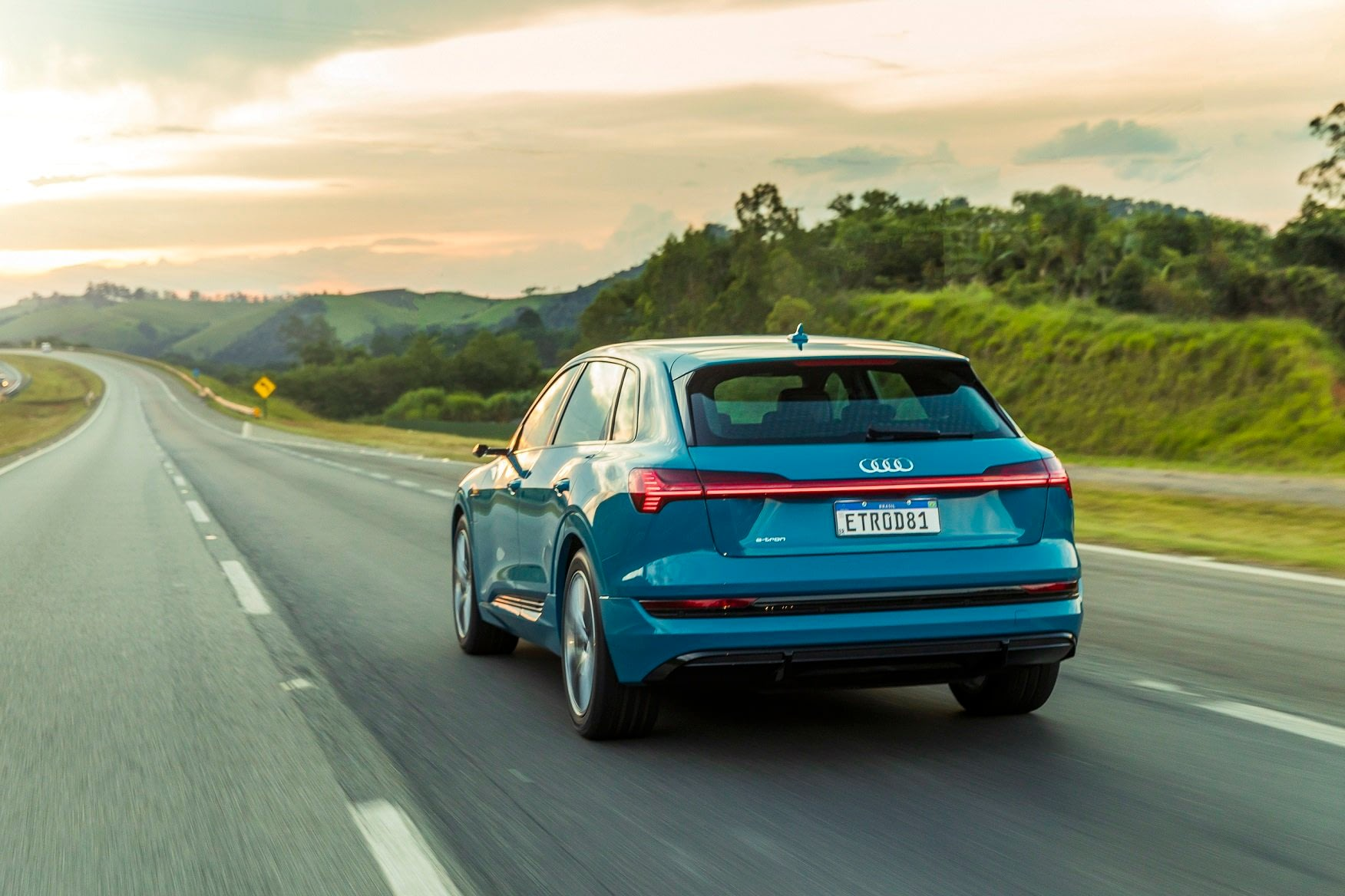 Imagem ilustrativa da notícia: Rede Audi e-tron já entrega o SUV elétrico